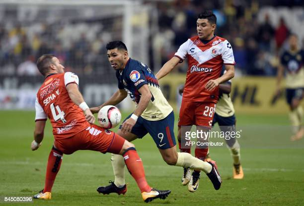 Argentinian forward Silvio Romero of America vies for the ball with Venezuelan defender Manuel Velazquez and Arturo Paganoni of Veracruz during their...