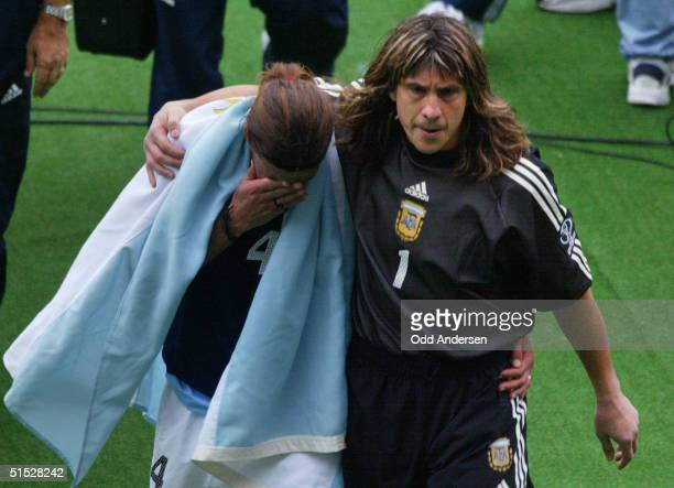 Argentinian goalkeeper German Burgos comforts Argentinian defender Mauricio Pochettino after the Group F first round last match Sweden/Argentina of...