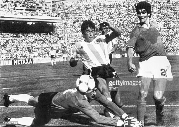 Argentinian goalkeeper Ubaldo Fillol and captain Daniel Passarella prevent Italian striker Paolo Rossi from scoring 29 June 1982 in Barcelona during...