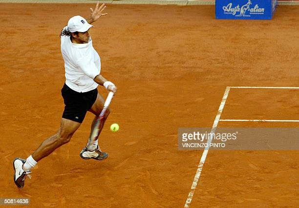 Argentinian Mariano Zabaleta returns a forehand to Spanish sixth seed Carlos Moya the French Open champion in 1998 in the semifinal clash of the 24...