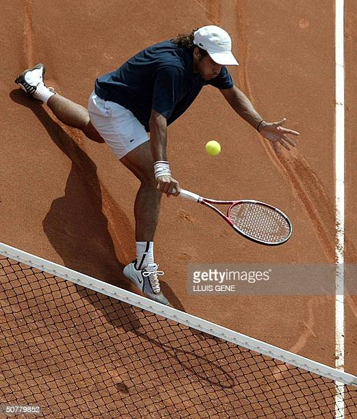 Argentinian Mariano Zabaleta returns the ball to Spanish Fernando Vicente during their second round match at the ATP Barcelona tennis tournament 28...