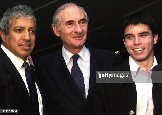 Argentinian President Fernando De La Rua poses for a photo with Americo Gallego technical director of the soccer team River Plate and River player...