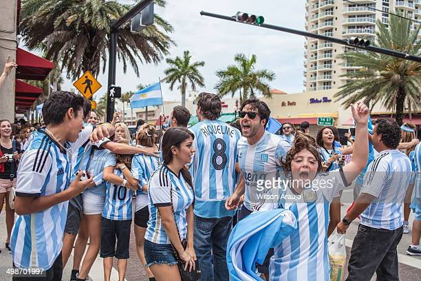 argentinian soccer fans celebrating - stock image - argentinië stockfoto's en -beelden