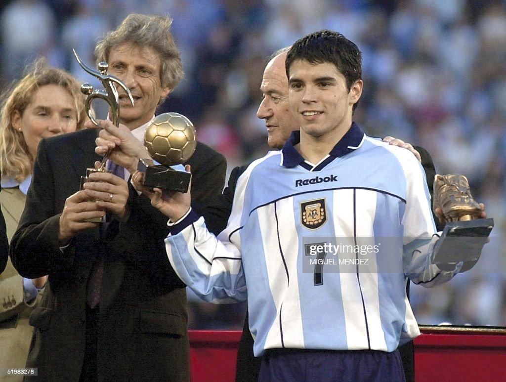 Argentinian soccer player Javier Saviola (R) and c : Foto di attualità