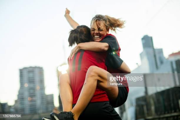 argentinische fußball-teamkollegen umarmen sich nach einem tor. - frauenfußball stock-fotos und bilder