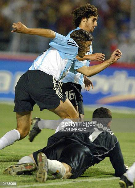 Argentinian soccer team players Pablo Aimar and Hernan Crespo fight for the ball with Venezuelan goalkeeper Gilberto Angelucci 09 September 2003 in...