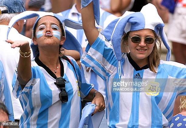 Argentinian supporters sing 26 June at the Parc Lescure in Bordeaux before the 1998 Soccer World Cup group H first round match between Croatia and...