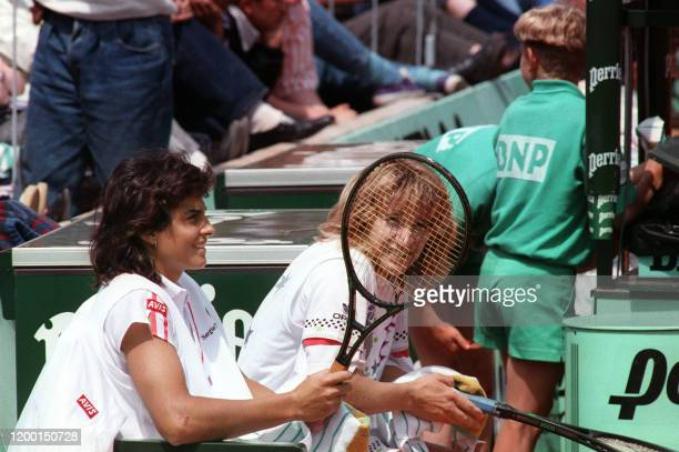 Argentinian tennis player Gabriela Sabatini is seated next to German Steffi Graf here 1 june 1988 during a break in their double game they play...