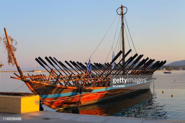 アルゴ-ジェイソンとアルゴナウタイが iolcos から colchis に向かって金の羊毛を回収するために航海した船 - ポセイドン ストックフォトと画像