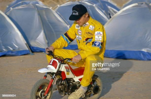 Ari Vatanen sur une petite moto sur un bivouac lors du ParisDakar au Niger le 30 décembre 1989 France