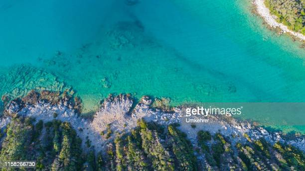 arialblick auf eine küste in kroatien - umkehrer stock-fotos und bilder