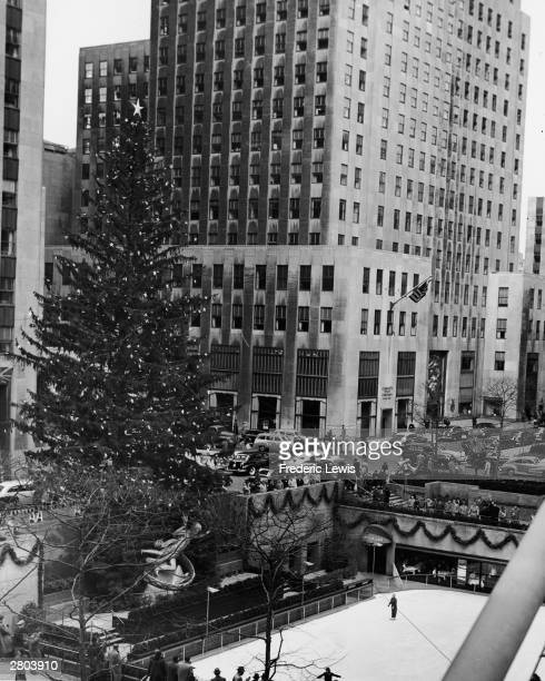 Arial view of the ice rink and decorated Christmas tree in Rockefeller Plaza New York New York circa 1950s At the base of the tree is a statue of...