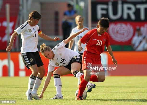 Arianne Hingst Kim Kulig gegen Song Hwa Kwon Frauenfussball Länderspiel Deutschland Nordkorea Korea DVR 20 am 21 5 2011