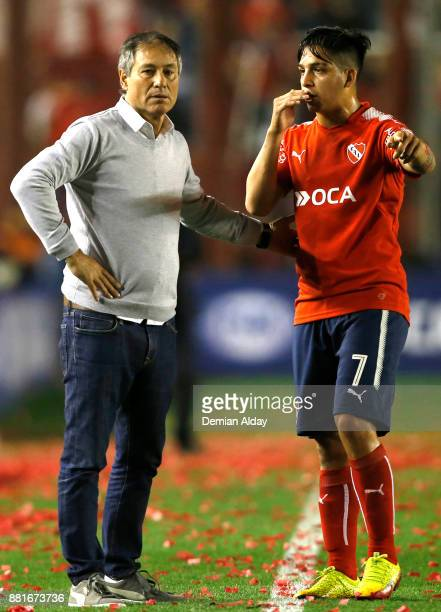 Ariel Holan coach of Independiente gives instructions to his player Martin Benitez during a second leg match between Independiente and Libertad as...