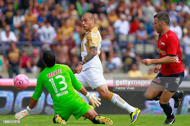 Ariel Nahuelpan of Pumas struggles for the ball with Edgar Hernandez of Veracruz during a match between Pumas de la UNAM and Veracruz as part of the...