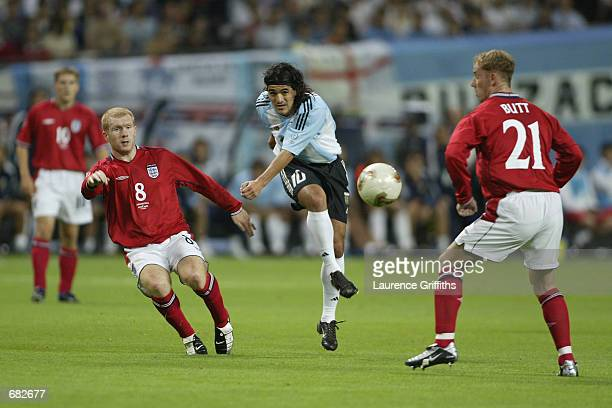 Ariel Ortega of Argentina shoots the ball past Paul Scholes and Nicky Butt of England during the FIFA World Cup Finals 2002 Group F match played at...