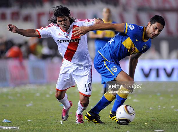 Ariel Ortega of River Plate struggles for the ball with Juan Insaurralde of Boca Juniors during a match as part of the IVECO Bicentenario Apertura...