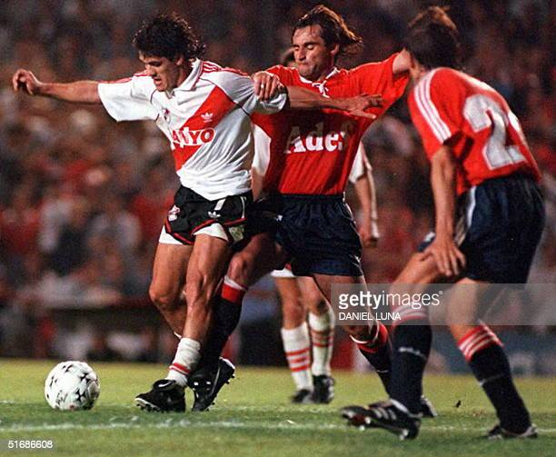 Ariel Ortega of the River Plate soccer team eludes members of Dorta de Independiente 15 November during semifinal action of the Supercopa in Buenos...