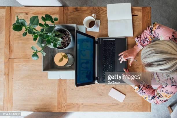 自宅で働く女性のアリエルビュー - モーペス ストックフォトと画像