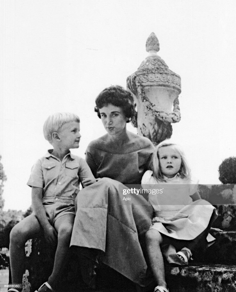 Arielle Dombasle child concurrently to has 4 years his Francion mother and her Gilbert brother in 1957 : Nachrichtenfoto