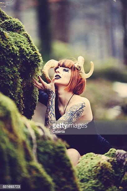 Widder Frau Porträt in der wilden Wald