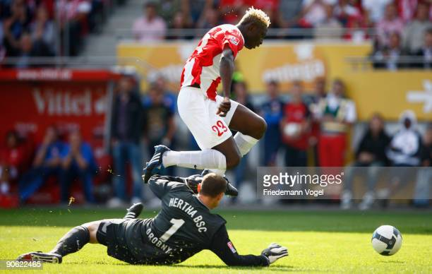 Aristide Bance of Mainz in action with Jaroslav Drobny of Hertha during the Bundesliga match between FSV Mainz 05 and Hertha BSC Berlin at Bruchweg...