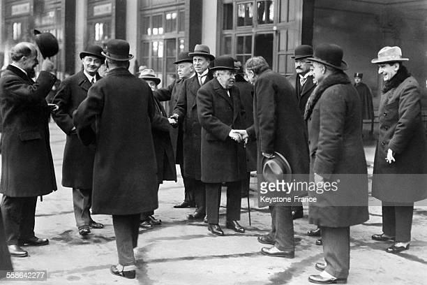 Aristide Briand à la gare en partance pour Genève est salué par Lucien Hubert et Henry Pathé à Paris France le 12 janvier 1930