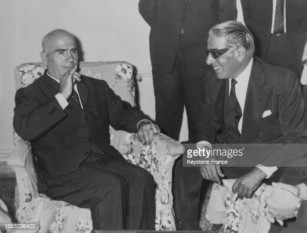 Aristote Onassis discutant avec le ministre de l'Intérieur grec Stylianos Pattakos à Athènes Grèce le 24 août 1967
