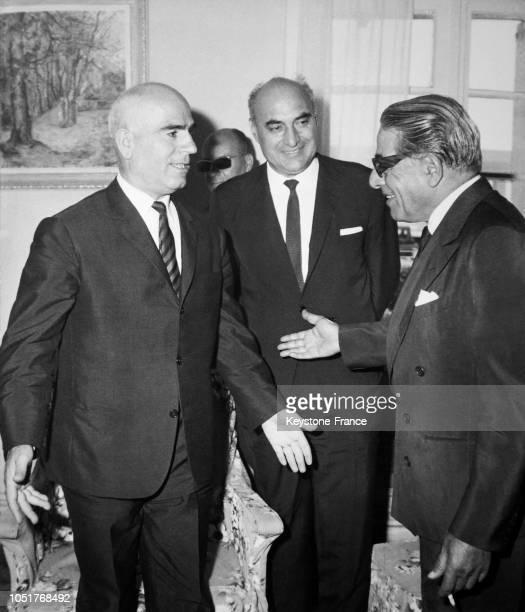 Aristote Onassis discutant avec le ministre de l'Intérieur Stylianos Pattakos lors de sa visite au ministère à Athènes Grèce le 20 août 1967