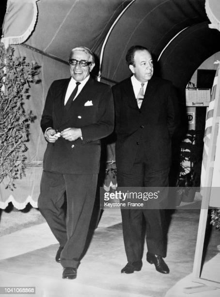 Aristote Onassis photographié avec un de ses directeurs à Athènes Grèce le 2 mai 1968