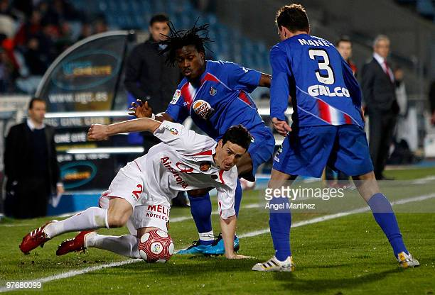 Aritz Aduriz of Mallorca fights for the ball with Derek Boateng and Mane Jimenez of Getafe during the La Liga match between Getafe and Mallorca at...