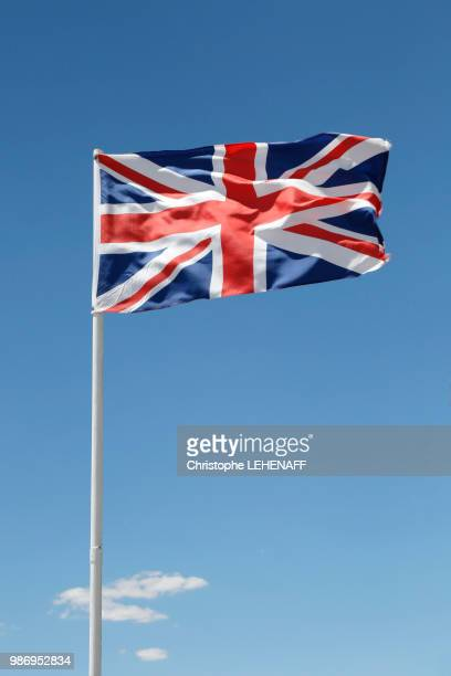 usa. arizona. flag of the uk floating in the sky. - england stock-fotos und bilder