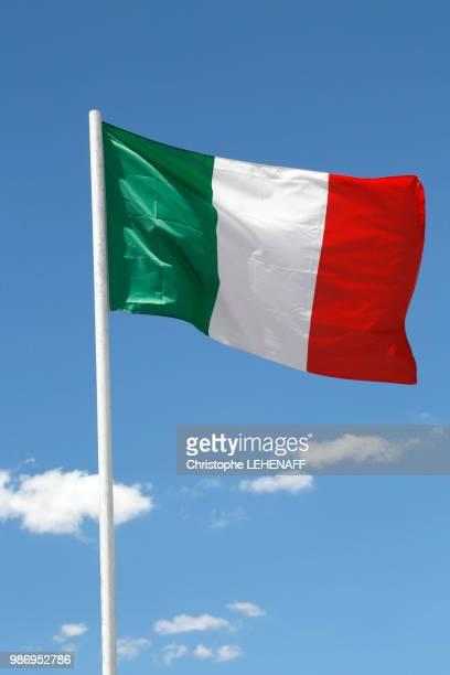 usa. arizona. italian flag floating in the sky. - drapeau italien photos et images de collection