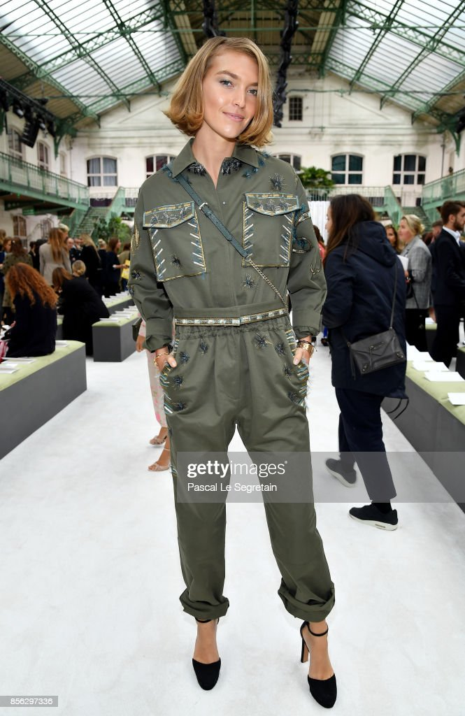 Arizona Muse attends the Valentino show as part of the Paris Fashion Week Womenswear Spring/Summer 2018 on October 1, 2017 in Paris, France.