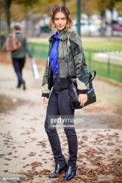 Arizona Muse outside Chanel during Paris Fashion Week Womenswear Spring/Summer 2018 on October 3 2017 in Paris France