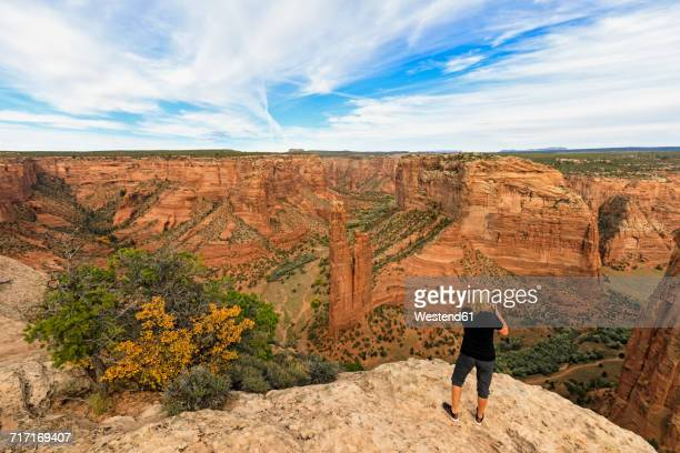 USA, Arizona, Navajo Nation, Chinle, Canyon de Chelly National Monument, tourist at Spider Rock needle