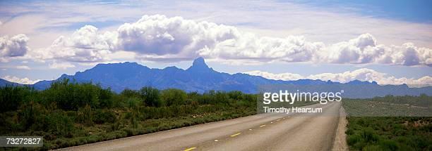 """usa, arizona, near tucson, paved road, mountains in background"" - timothy hearsum stockfoto's en -beelden"