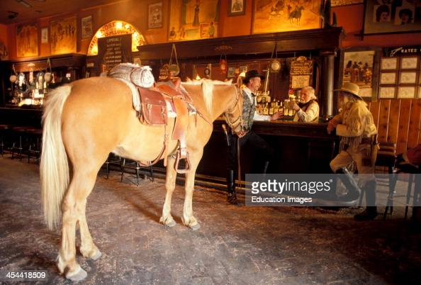 arizona-tombstone-horse-and-cowboys-in-s