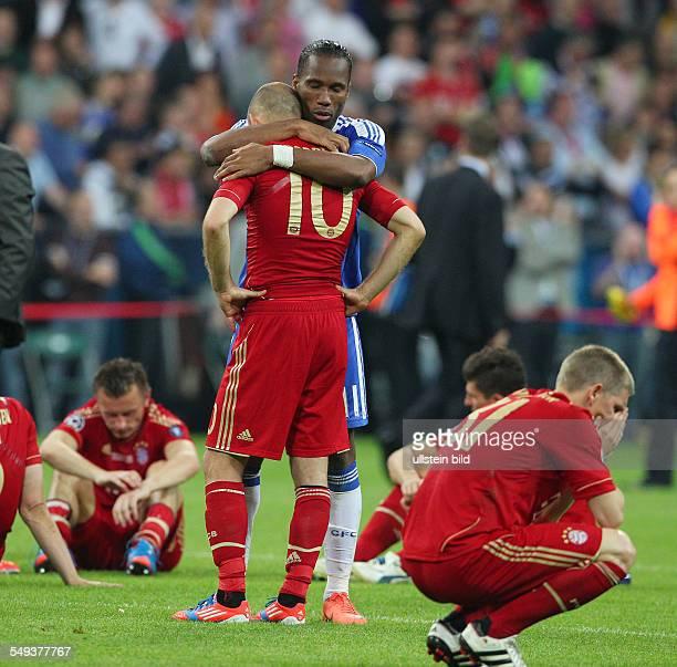Arjen Robben Bastian Schweinsteiger enttäuscht enttaeuscht nach Spielende Didier Drogba troestend Enttaeuschung Enttäuschung Sport Fußball Fussball...