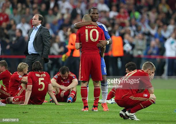 Arjen Robben Didier Drogba troestend Sport Fußball Fussball UEFA Championsleague Finale Herren Saison 2011 FC Bayern Muenchen München vs FC Chelsea...