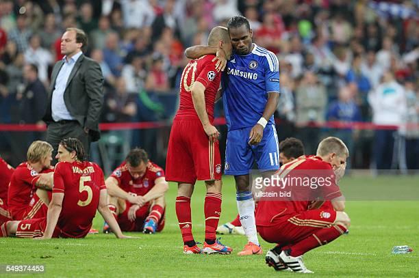 Arjen Robben enttäuscht enttaeuscht nach Spielende Didier Drogba troestend Bastian Schweinsteiger Enttaeuschung Enttäuschung Sport Fußball Fussball...