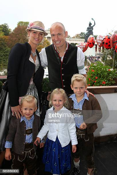 Arjen ROBBEN FC Bayern München mit mit Ehefrau Ehefrau Bernadien Söhne Luka und Kai Tochter Lynn FC Bayern auf der Wiesn auf dem Münchner Oktoberfest