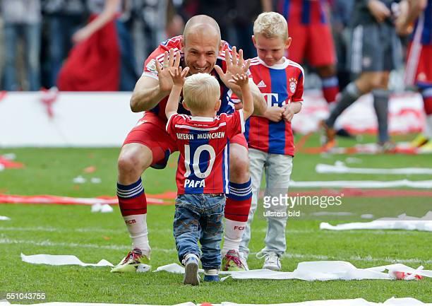 Arjen Robben mit seinen Soehnen Luka und Kai waehrend Meisterschaftsfeier nach dem Fussball Bundesliga Spiel FC Bayern Muenchen gegen VfB Stuttgart...