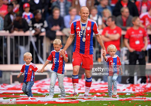 Arjen Robben of Bayern Muenchen celebrates with his children Kai Luka and Lynn after the Bundesliga match between Bayern Muenchen and VfB Stuttgart...