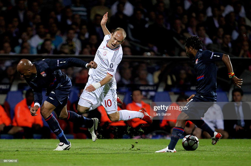 Arjen Robben of Bayern Muenchen tangles with Jean Alain Boumsong (L) of Olympique Lyonnais during the UEFA Champions League semi final second leg match between Olympique Lyonnais and Bayern Muenchen at the Stade De Gerland on April 27, 2010 in Lyon, France.