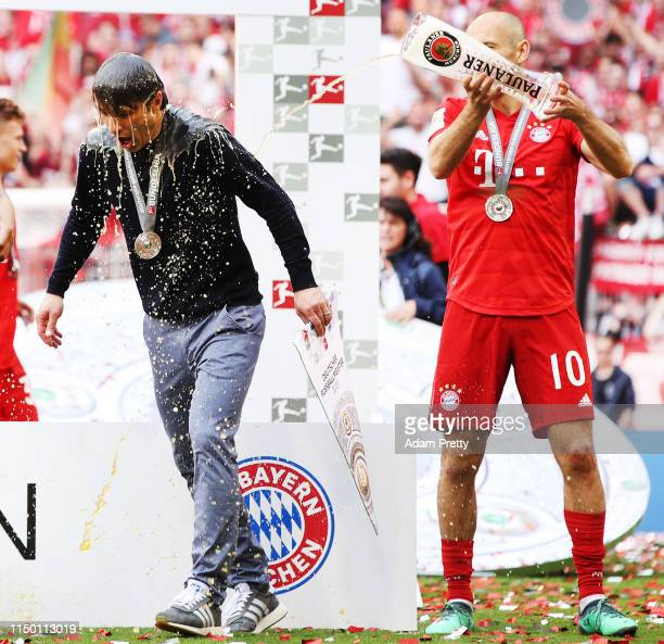 Arjen Robben of Bayern Munich gives head coach Niko Kovac a beer shower following the Bundesliga match between FC Bayern Muenchen and Eintracht...