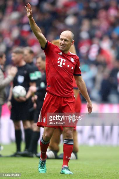 Arjen Robben of Bayern Munich shows appreciation to the fans after the Bundesliga match between FC Bayern Muenchen and Hannover 96 at Allianz Arena...