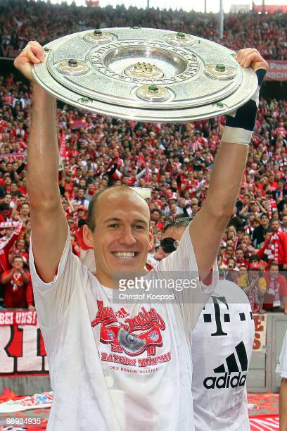 Arjen Robben of Bayern presents the German Championship trophy during the Bundesliga match between Hertha BSC Berlin and FC Bayern Muenchen at...