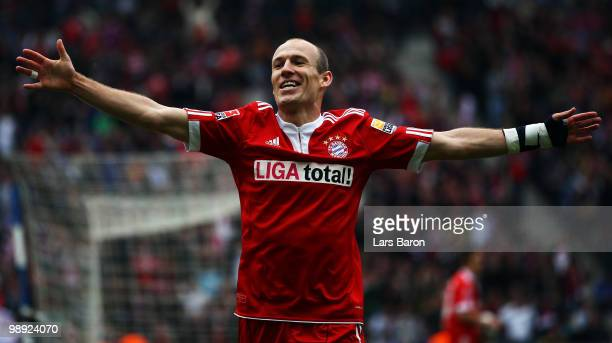 Arjen Robben of Muenchen celebrates after scoring his teams third goal during the Bundesliga match between Hertha BSC Berlin and FC Bayern Muenchen...