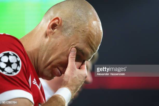 Arjen Robben of Muenchen reacts as he leves the field of play after getting injured during the UEFA Champions League Semi Final First Leg match...